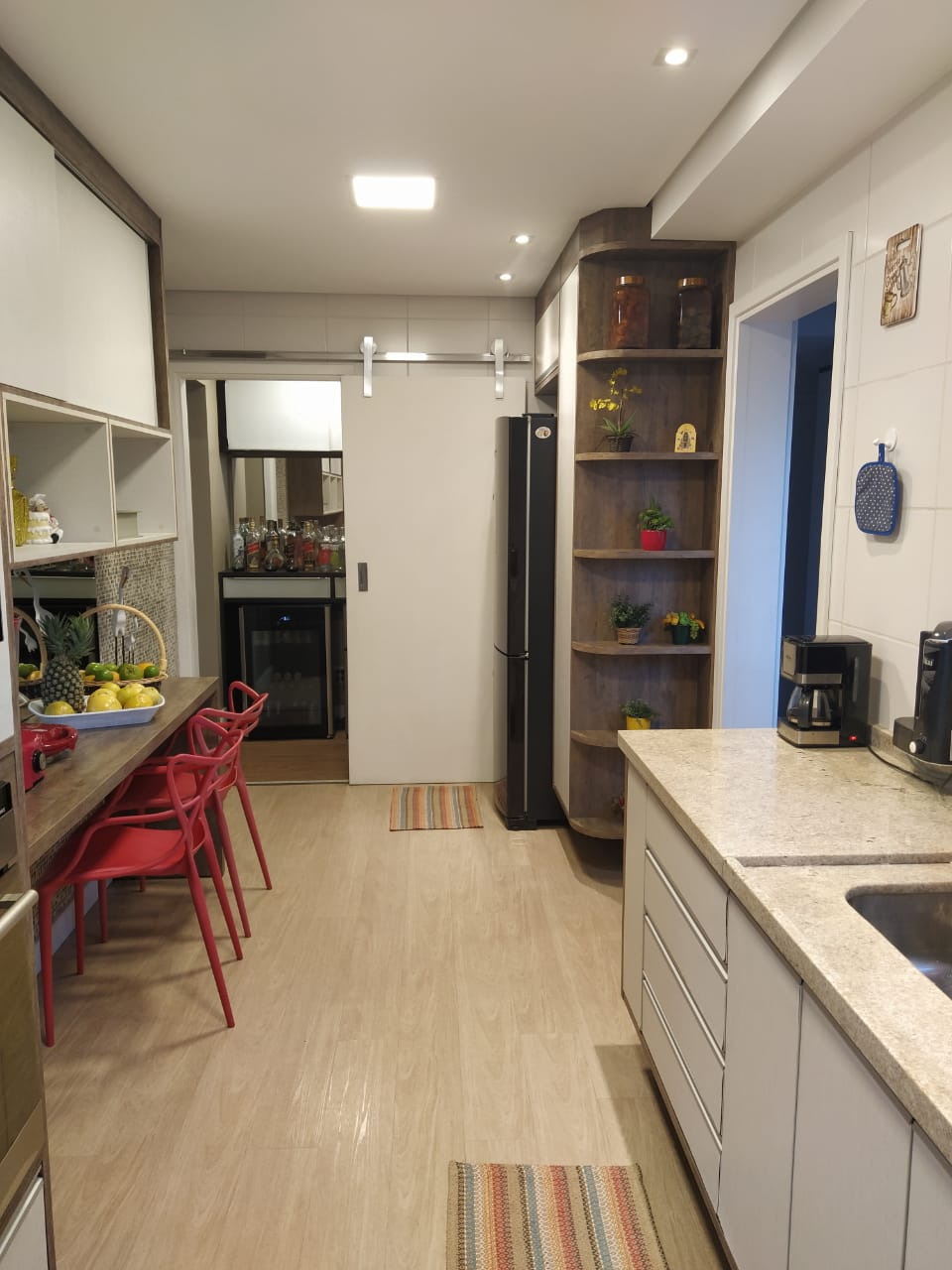 Embaré amplo apartamento com 3 dormitórios, sendo uma suite , ótima sala para 2 ambientes com varanda gourmet - foto 13