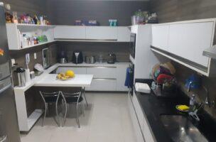 Excelente apartamento reformado, 2 quartos sendo 1 planejado, com laminado de madeira, sala 2 ambientes