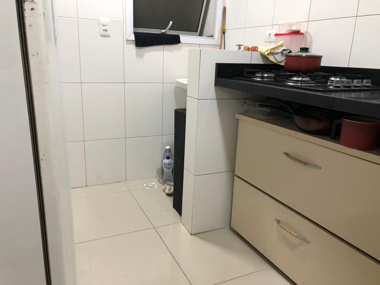 Seminovo apartamento de 2 dormitórios com pisos em porcelanato, sala 2 ambientes - foto 9