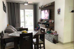 Seminovo apartamento de 2 dormitórios com pisos em porcelanato, sala 2 ambientes