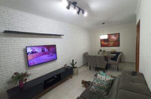 Casa com 3 quartos, sendo um suíte, sala 2 ambientes, três banheiros e duas vagas de garagem.