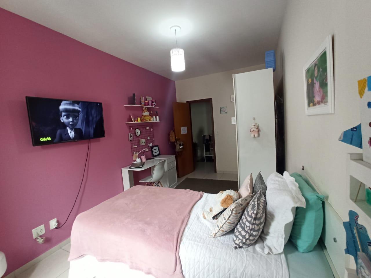 Casa com 3 quartos, sendo um suíte, sala 2 ambientes, três banheiros e duas vagas de garagem. - foto 8
