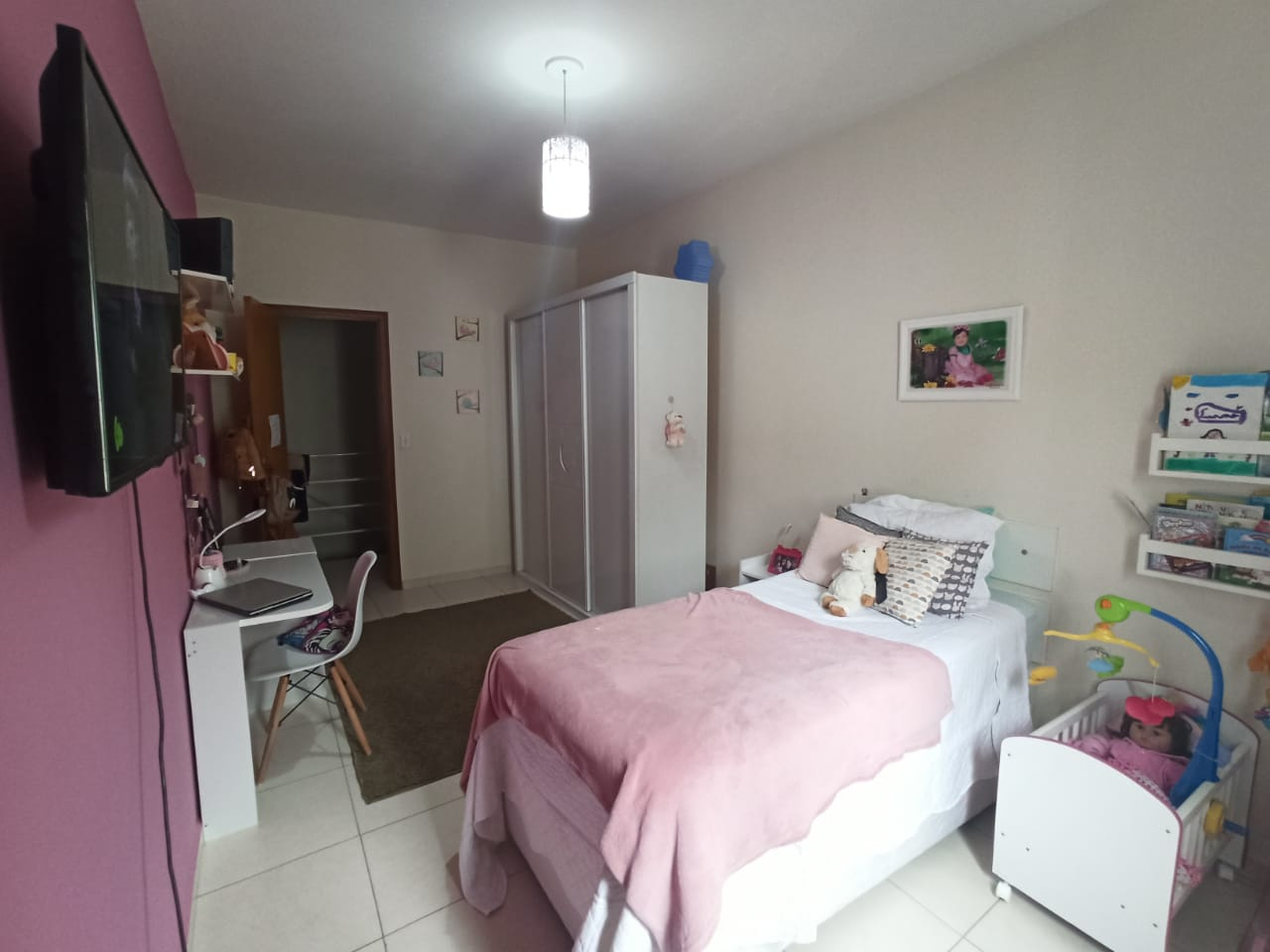 Casa com 3 quartos, sendo um suíte, sala 2 ambientes, três banheiros e duas vagas de garagem. - foto 7