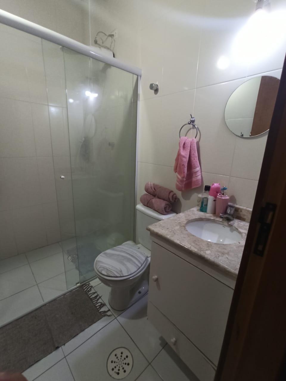 Casa com 3 quartos, sendo um suíte, sala 2 ambientes, três banheiros e duas vagas de garagem. - foto 6