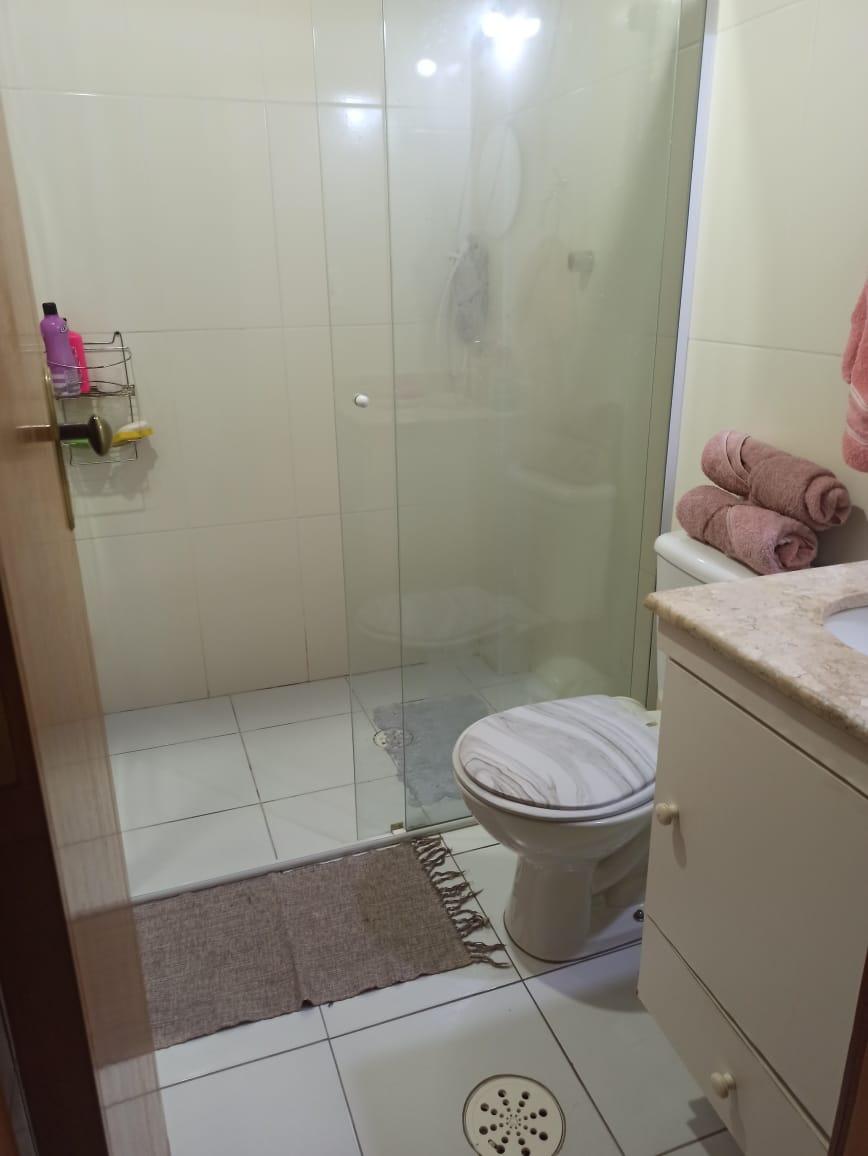 Casa com 3 quartos, sendo um suíte, sala 2 ambientes, três banheiros e duas vagas de garagem. - foto 13