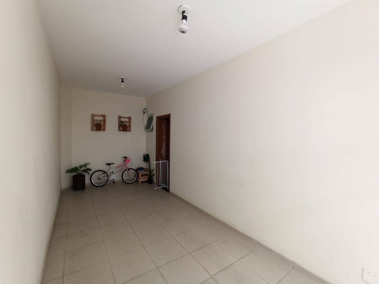 Casa com 3 quartos, sendo um suíte, sala 2 ambientes, três banheiros e duas vagas de garagem. - foto 11