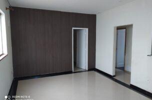 Vendo bom apartamento térreo com 2 dormitórios a 3 quadras da praia no Embaré.