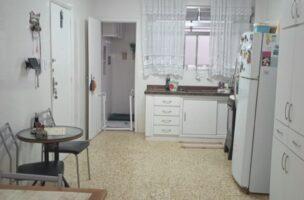 Ponta da praia apartamento de Frente com 3 dormitórios com armários embutidos, sendo 1 suíte.